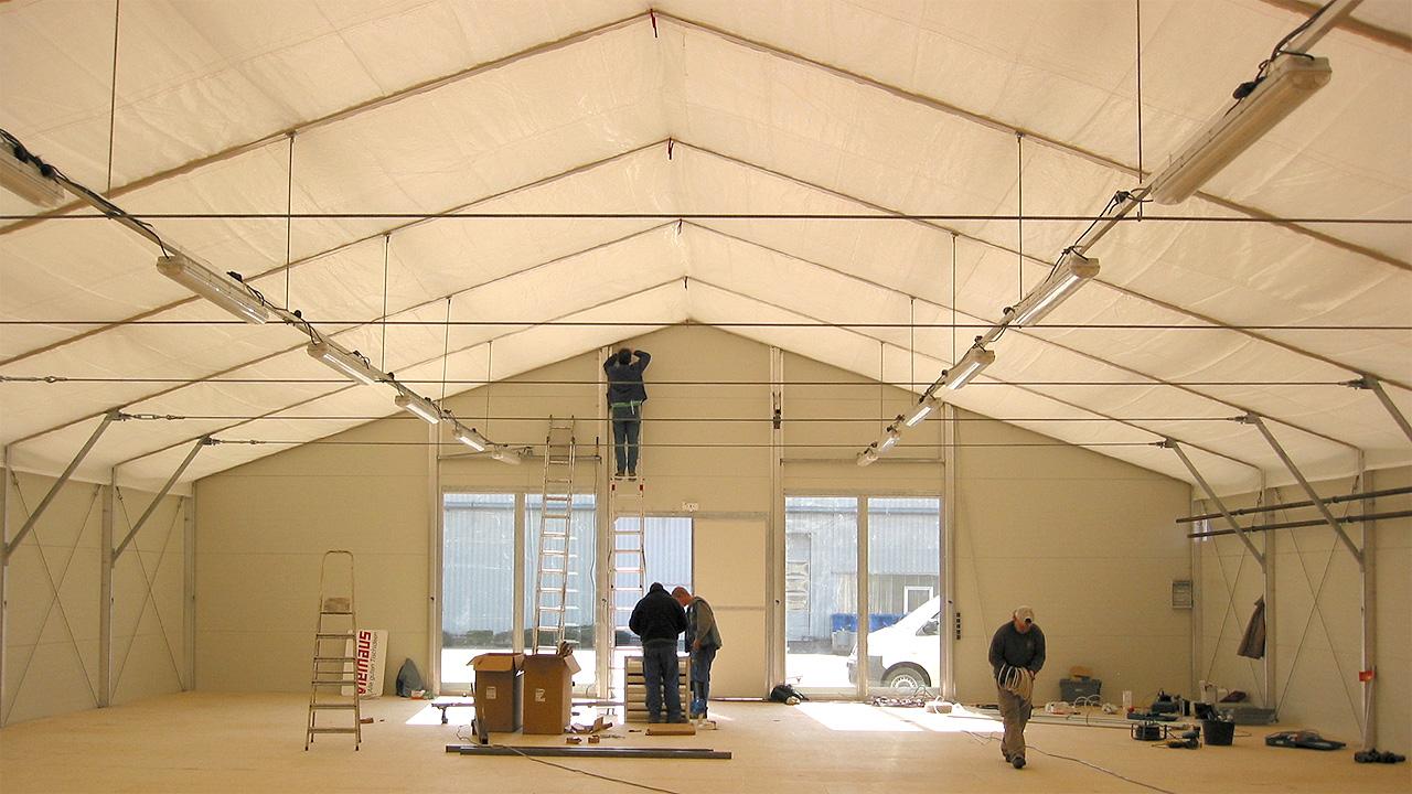 Aufbau von einem Zelt für Messen